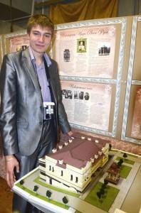 Студент-архитектор Александр Савичев с одним из макетов, представленных на выставке