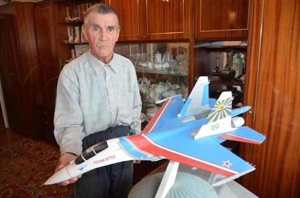 Николай Речкалов с моделью самолета