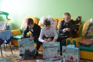 4 дети рассматривают подарки
