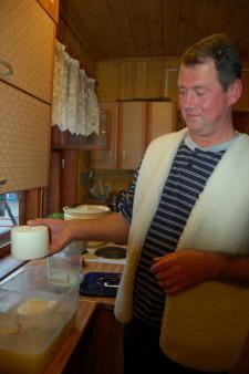 Сергей готовит сыр