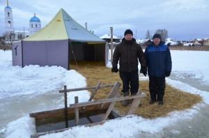 Андрей Пантелеев и Никита Смоляк помогали в обустройстве купели в Черданцево и будут здесь дежурить в качестве спасателей