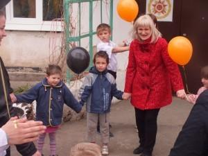 Дети вальсировали вместе со взрослыми
